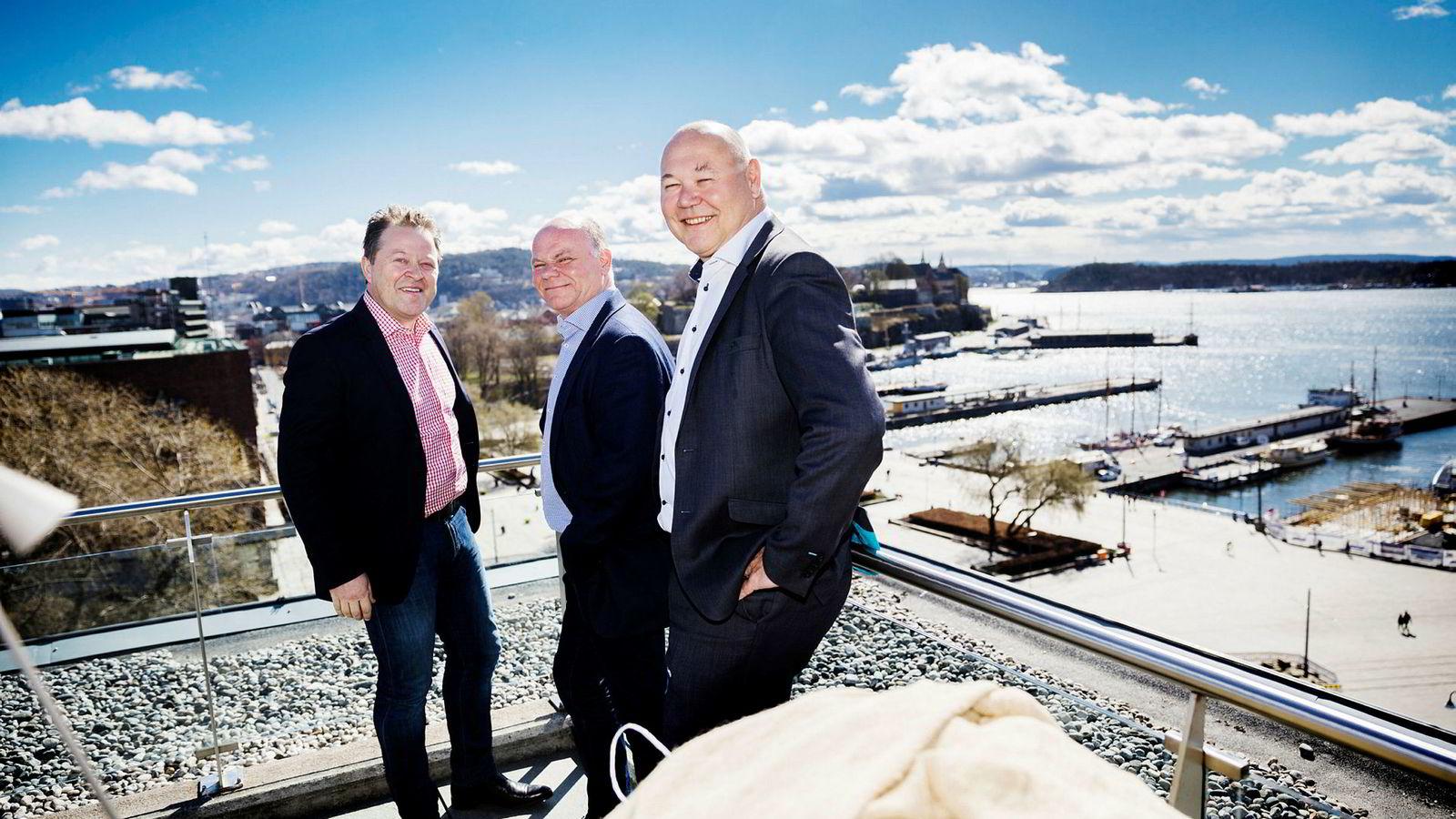 Arne Hjeltnes (til venstre) er styreleder i Norwegian Fish i Mehamn i Finnmark. Her sammen med investorene Thorbjørn Theie og Jørn-Gunnar Jacobsen.
