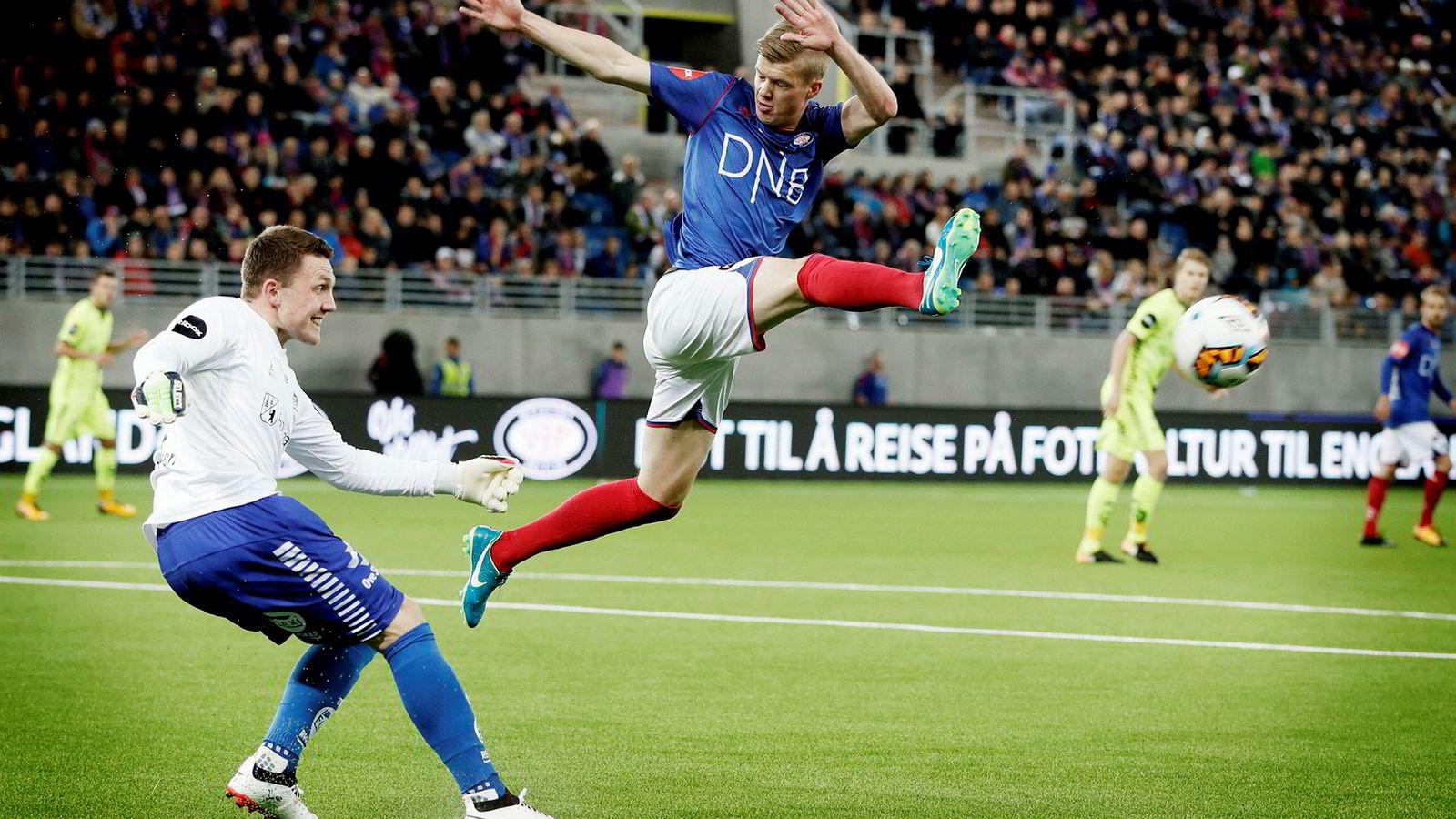 Islandske Samúel Kari Fridjonsson, her i duell mot Sarpsborgs tidligere keeper Stefan Cupic i fjor høst, er den eneste eliteseriespilleren som får være med i sommerens fotball-VM. Det betyr penger i kassen for klubben hans, Vålerenga.