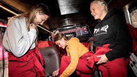 Tredjeklassingene Sara Knutsen (til venstre), Emilie Hægeland og Julie Lykseth på Vennesla videregående skole fryder seg tydelig over å forsøke russedress for første gang; fra en lokal bedrift som tar mål av seg å knuse monopolet til Redress/Russeservice.