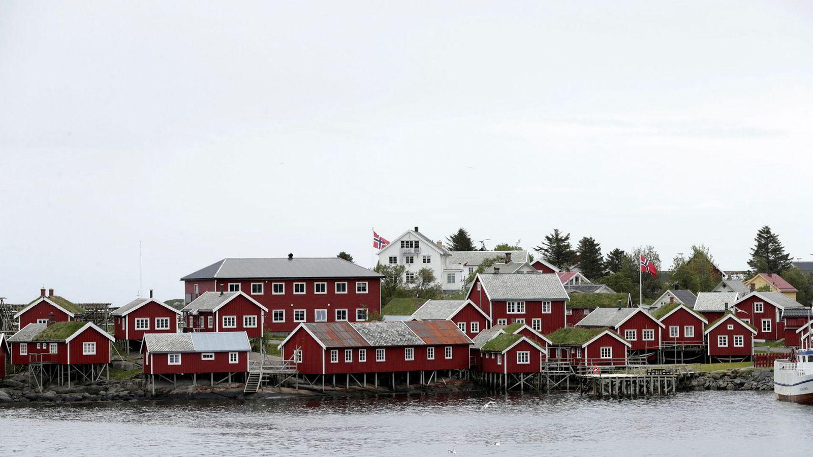 Senterpartiet åpner for turistskatt. Bildet viser Reine i Moskenes kommune i Lofoten, et populært turiststed.