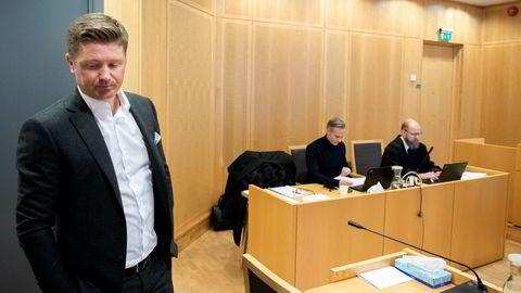 Magnus Reitan gikk langt i å minimere sin rolle i varslersaken som er oppe for Oslo tingrett. Her venter han på å vitne. I bakgrunnen Jan Yngve Holen med sin advokat Steinar Sjølyst.
