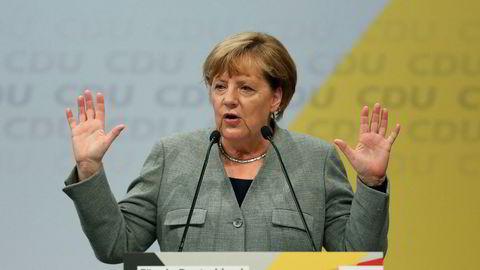Forbundskansler Angela Merkel holdt en tale i Tyskland lørdag. Der kom hun blant annet med et ultimatum til den kontroversielle bilindustrien i landet. Foto: Ina Fassbender/AP/NTB Scanpix
