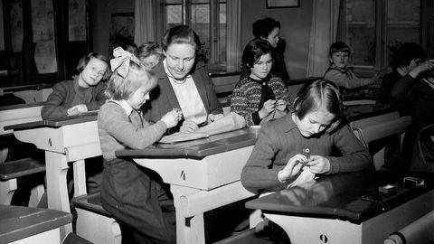 Trendkonsulentene i Kairos Future mener skolen henger fast i fortiden og ikke skjønner at verden er blitt trådløs. Her fra en håndarbeidstime for en ren jenteklasse ved Ruseløkka skole i Oslo i 1955. Foto: NTB Scanpix