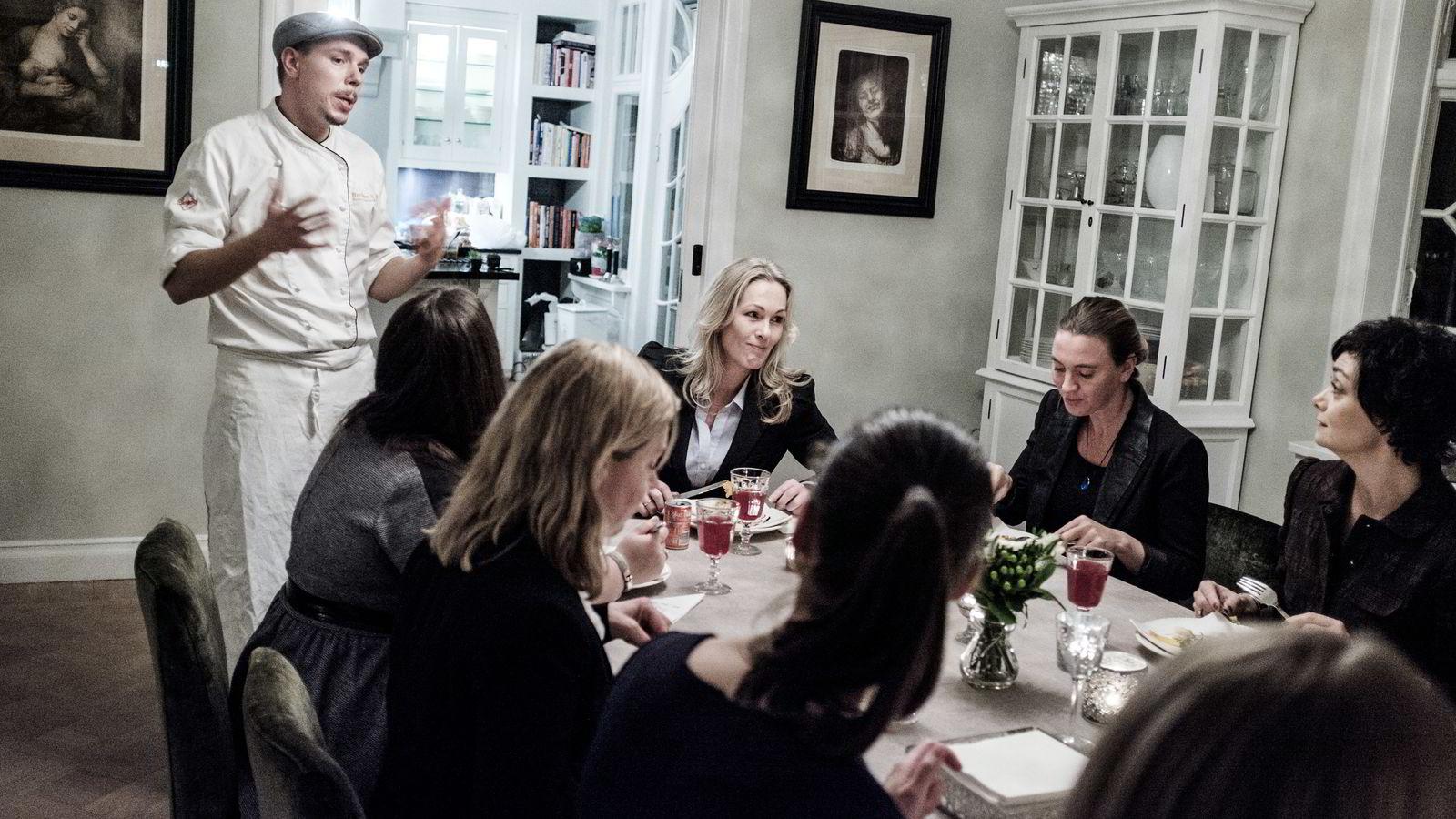 Administrerende direktør i Innovasjon Norge, Anita Krohn Traaseth i sin egen leilighet under en middag for åtte gründerkvinner.