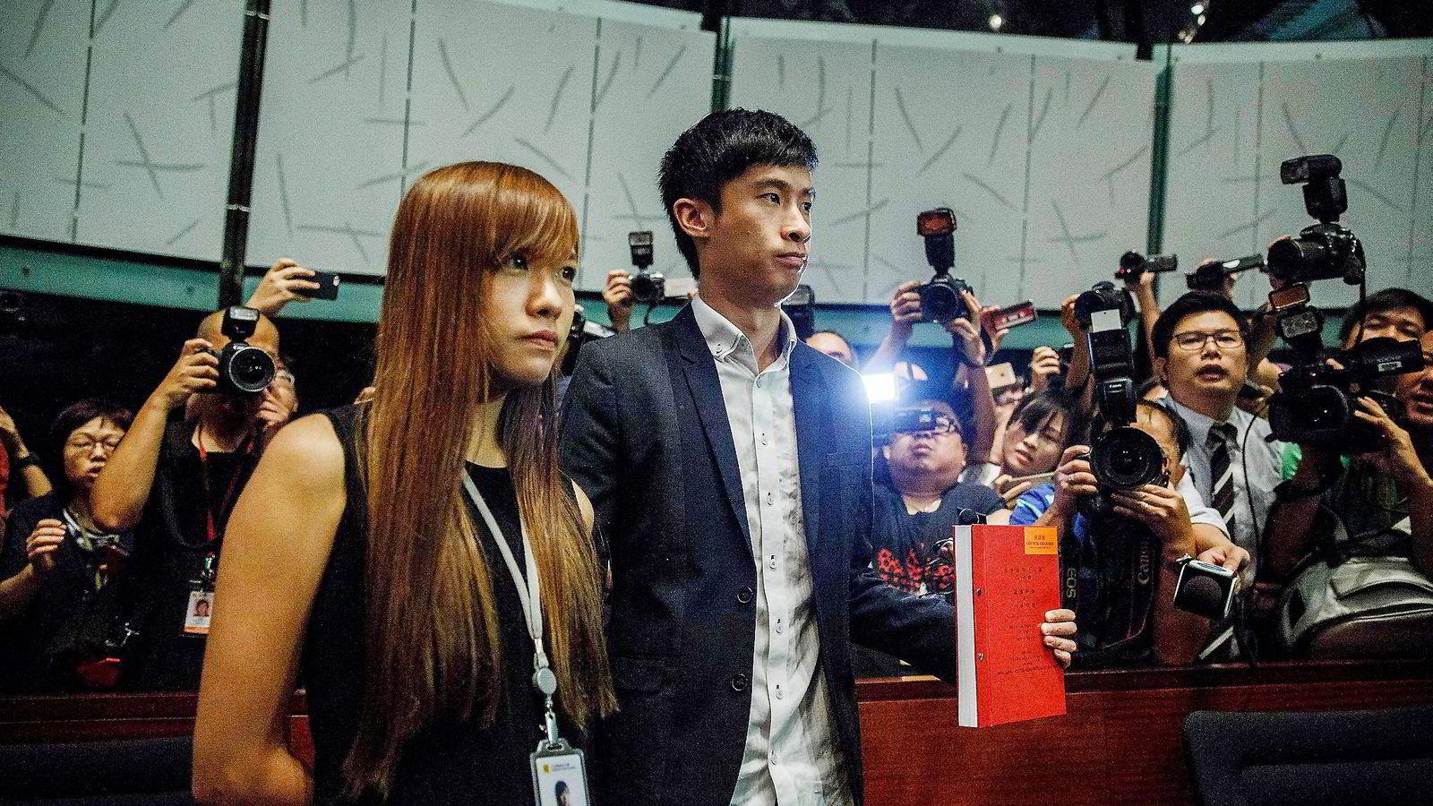– Vi sverger troskap til nasjonen Hong Kong, sa Leung Chung-hang (til høyre) og Yau Wai-ching. Det skulle de ikke ha gjort, for nå er de utestengt fra den lovgivende forsamlingen i Hong Kong. Foto: Anthony Wallace/AFP/NTB Scanpix