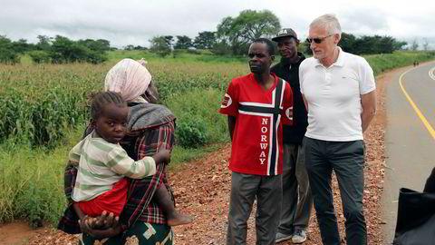 Trolig vil det mest ressurseffektive være å legge ned Norad og bygge opp en bistandsenhet i UD med en utviklingsminister på toppen. Her Norads direktør Jon Lomøy på feltbesøk i Zambia.