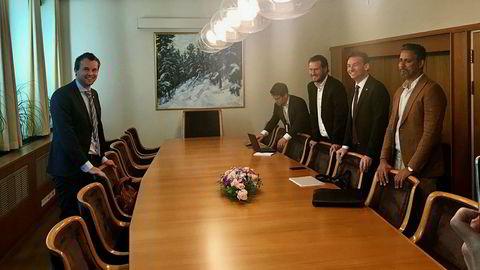 KrFs Kjell Ingolf Ropstad (til venstre) forhandler statsbudsjett alene mot de tre regjeringspartiene. På regjeringssiden, fra venstre: Frp-rådgiver Magnus Birkelund og de finanspolitiske talsmennene Helge André Njåstad (Frp), Henrik Asheim (H) og Abid Raja (V).