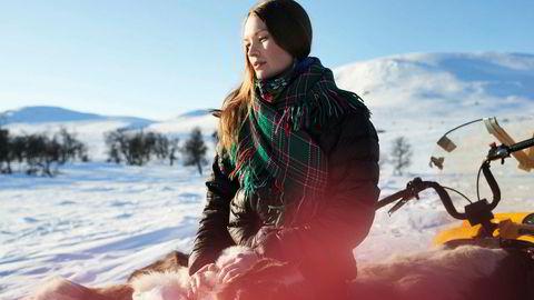 Marja Mortensson er bare 22, men er allerede ute med sitt andre soloalbum der hun frembringer en sangsprakt som burde få lyttere fra alle verdenshjørner ned i knestående.