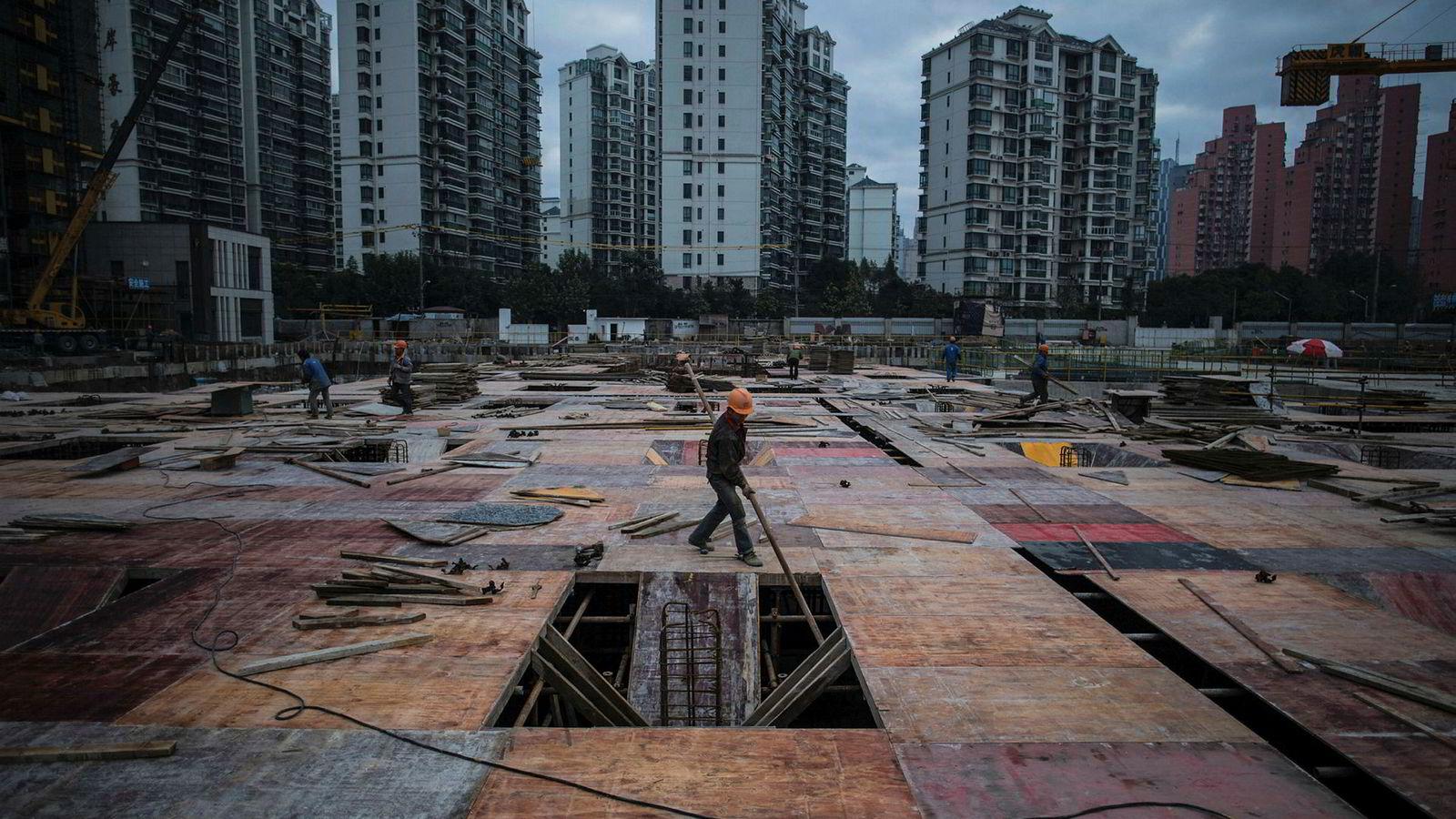 Kredittvurderingsbyrået Moody's er bekymret over den galopperende gjeldsveksten i Kina og har foretatt den første nedgraderingen siden 1989 på onsdag. Utsiktene blir sett på som stabile etter en svekkelse i den økonomiske veksten de siste ti årene.