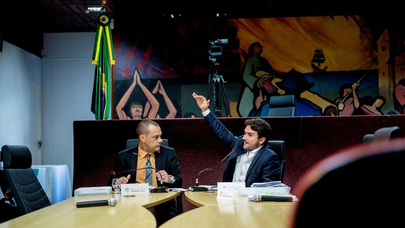 Fra en av høringene i granskningskomiteen i delstatsparlamentet i Pará, som har tatt for seg Hydros Alunorte-anlegg som ett av flere industrianlegg med potensiell miljøpåvirkning. Lederen av komiteen Coronel Neil (til venstre) og komiteens ordfører Celso Sabino.