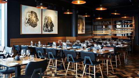 Fine lokaler. Restaurant Stock er stolte av kunsten sin – her tre kullportretter av Edvard Munch, signert Markus Brendmoe.