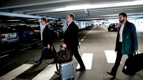 Statoils konsernsjef Eldar Sætre med  informasjonsrådgiver Arne Solend til venstre og informasjonsdirektør Knut Rostad til høyre. Foto: