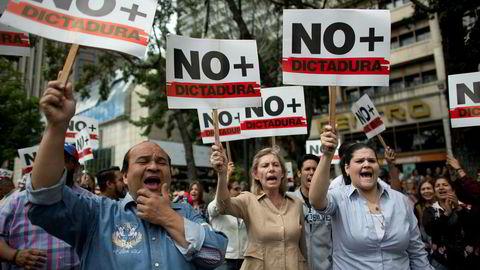Demonstrasjonene og protestene mot regimet og president Nicolás Maduro fortsetter. «Ikke mer diktatur» står det på plakatene til disse demonstrantene i hovedstaden Caracas onsdag.