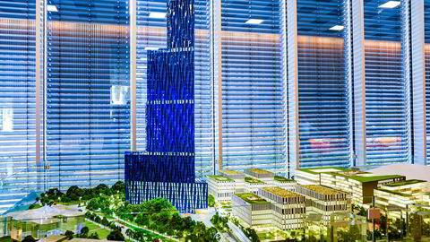Bli ikke overrasket om politikerne igjen blir slått av byggherrens storsinn og imøtekommenhet når bygget nedskaleres til 40–45 etasjer. Her en modell av Kjell Inge Røkkes skyskraper«Den store blå».