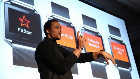Sportsanalytiker og tidligere NFL-spiller Tony Gonzalez da han snakket om Fitbits nyeste tilskudd Blaze i Las Vegas, USA i januar. Arkivfoto: AFP PHOTO / DAVID MCNEW