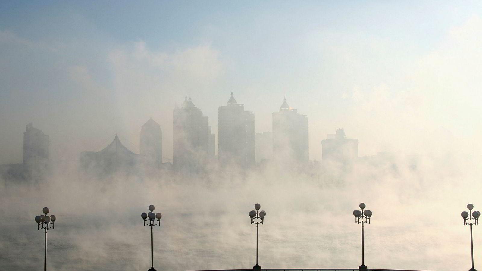 Bygningene i Kinas Jilin-provins er dekket av smog.