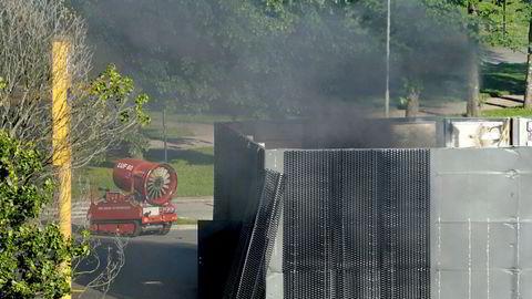 Oslo brann- og redningsetat tok i bruk LUF 60, et beltegående kjøretøy som kan blåse bort brannrøyk og spyle store mengder vann, vanntåke eller skum, etter eksplosjonen på en hydrogenstasjon i Sandvika.