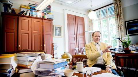 Jusprofessor Mads Andenæs mener staten kan havne i juridisk trøbbel med EØS, og mener staten ikke bør blande seg inn i Norske Skog.