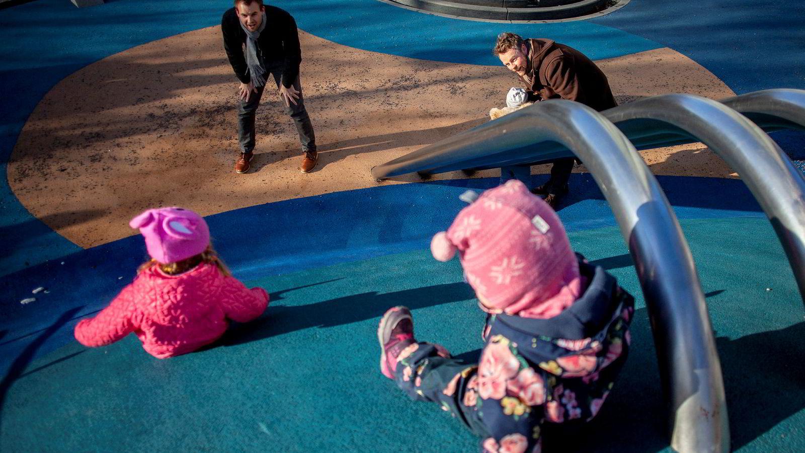 Barne- og familieminister Kjell Ingolf Ropstad (til venstre) og næringsminister Torbjørn Røe Isaksen mener finansbransjen henger langt etter politikken når det gjelder likestilling. De to statsrådene er på lekeplassen sammen med barna de har hentet i barnehagen.