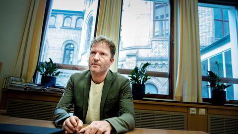 Sigbjørn Gjelsvik (Sp), medlem av finanskomiteen på Stortinget, mener teleselskapene burde stille samme krav til identifisering av kundene som finansbransjen. Nå krever han svar om mobilkapring av regjeringen.