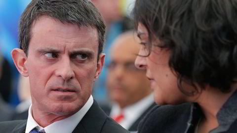 Frankrikes statsminister Manuel Valls, her i samtale med arbeidsminister Myriam El Khoumri. Foto. Vincent Kessler / Reuters / NTB scanpix