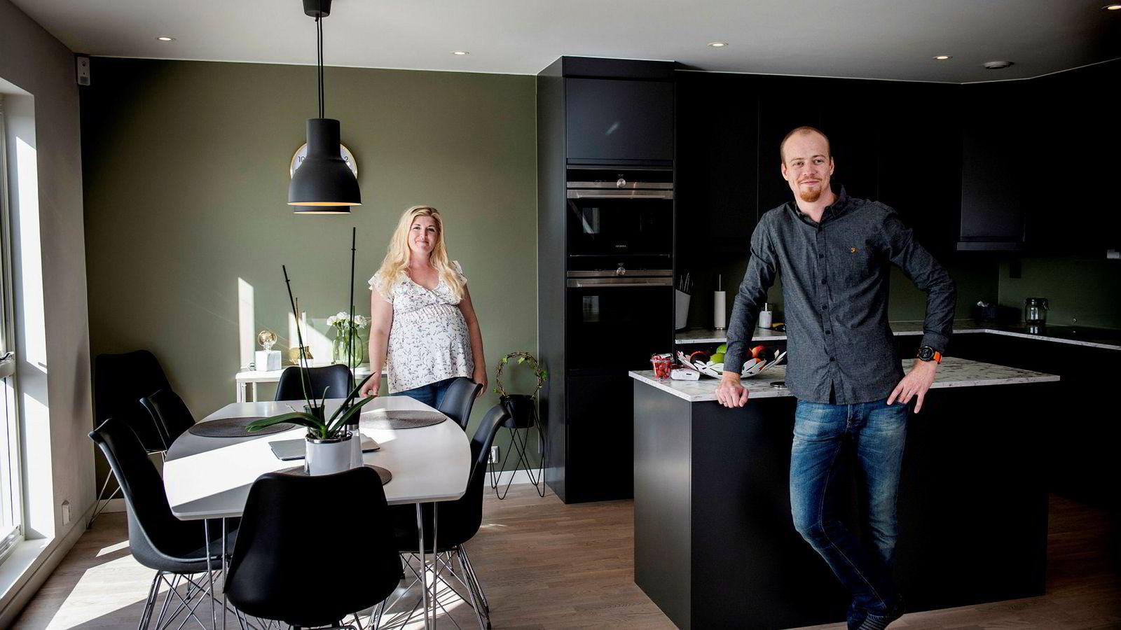 Peter Johannes (31) og Karoline Korsvold Jonsson (30) har flyttet inn i et nybygg på Kjeller. Av hensyn til forutsigbarhet, valgte de å binde renten på boliglånet. Foto: Skjalg Bøhmer Vold