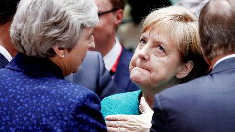 Tysklands forbundskansler Angela Merkel, her i samtale med Storbritannias statsminister Theresa May, har fått et pusterom i migrantdebatten. Fortsatt er implementeringen av EUs nye migrantenighet usikker.