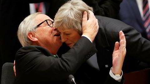 Europakommisjonens president Jean-Claude Juncker hvisker noen ord i øret på britenes statsminister Theresa May under onsdagens EU-toppmøte i Brussel.