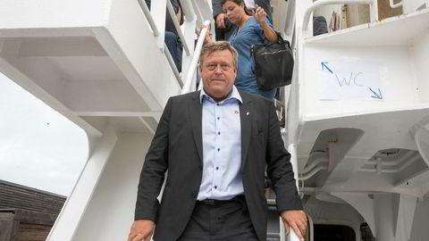 MDG og SV krever svar fra fiskeriminister Harald Tom Nesvik (Frp) etter avsløringer om at selskapet han jobbet i bedrev ulovlig dumping av lusemidler, ifølge NRK.