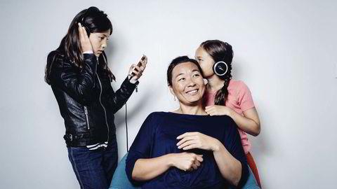 I utakt. Cathrine Sandnes gjorde seg ferdig med musikk i tenårene. Nå vil hun heller snakke selv. Døtrene Katja (10) (til venstre) og Anna (8) synes moren er ganske håpløs