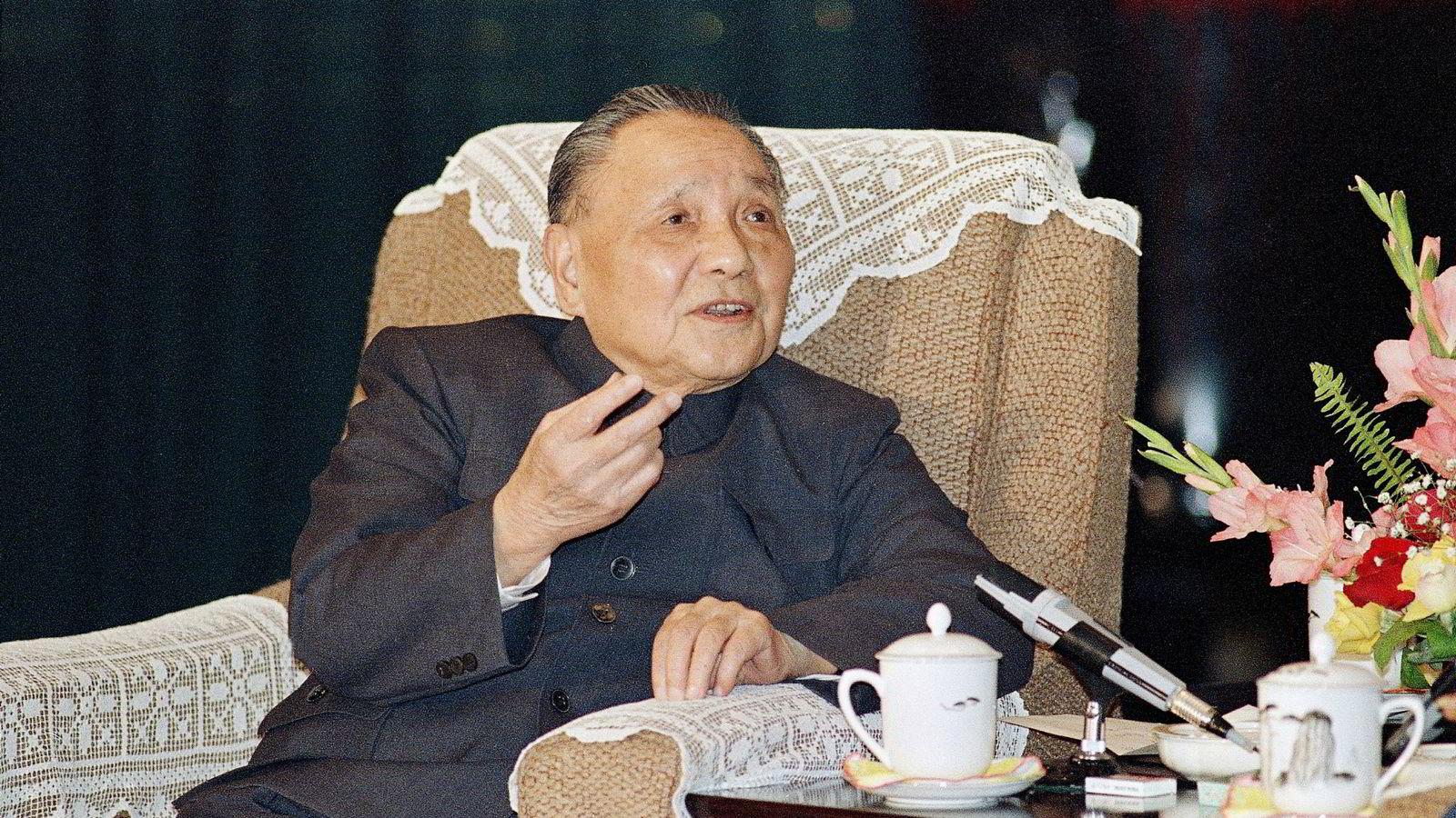 Deng Xiaoping var Kinas faktiske leder fra 1978 til han døde i 1997. De som tjente aller mest på måten den økonomiske liberaliseringen i Kina ble gjennomført på, var godt plasserte menn i kommunistpartiet, insiderne. I kommunistpartiet er derfor Deng betraktet som en stor leder og teoretiker. Foto: Mark Avery/AP/NTB Scanpix