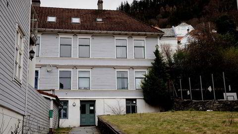 Det er dette huset med adresse Øvregaten 5 som Bergen kommune tilsynelatende hadde kjøpt for 40 millioner kroner. Nå ligger eiendommen til tvangssalg med en verditakst på 24 millioner.