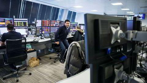 Mo Ali er omgitt av hektisk aktivitet på meglerbordet hos DNB markets i finansdistriktet i London.