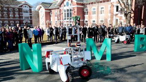Det første autonome kjøretøyet i Norge blir ikke en bil, men landbruksroboten Thorvald, skriver artikkelforfatteren. Her tester kronprinsesse Mette Marit og kronprins Haakon roboten under et besøk ved Norges miljø- og biovitenskapelige universitet i Ås.