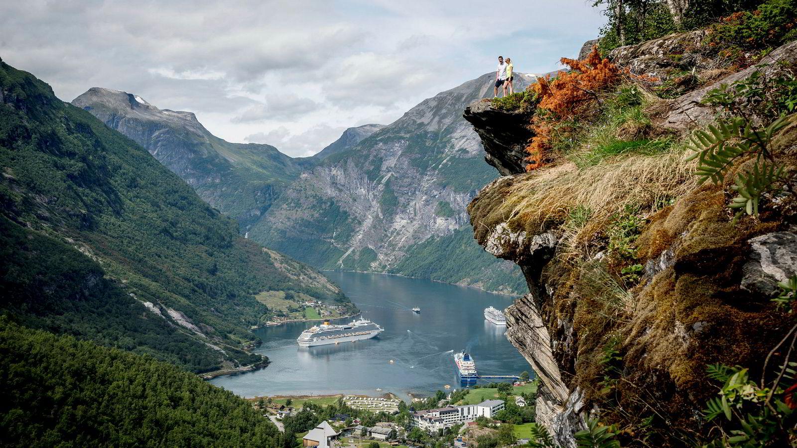 Turistene Emil Sæther (22) og Nive Synnøve Sæther (24) fra Rindal i Norge nøt utsikten over Geirangerfjorden i fjor sommer. Dette var en av de «fulle» cruisedagene i vestlandsbygda.