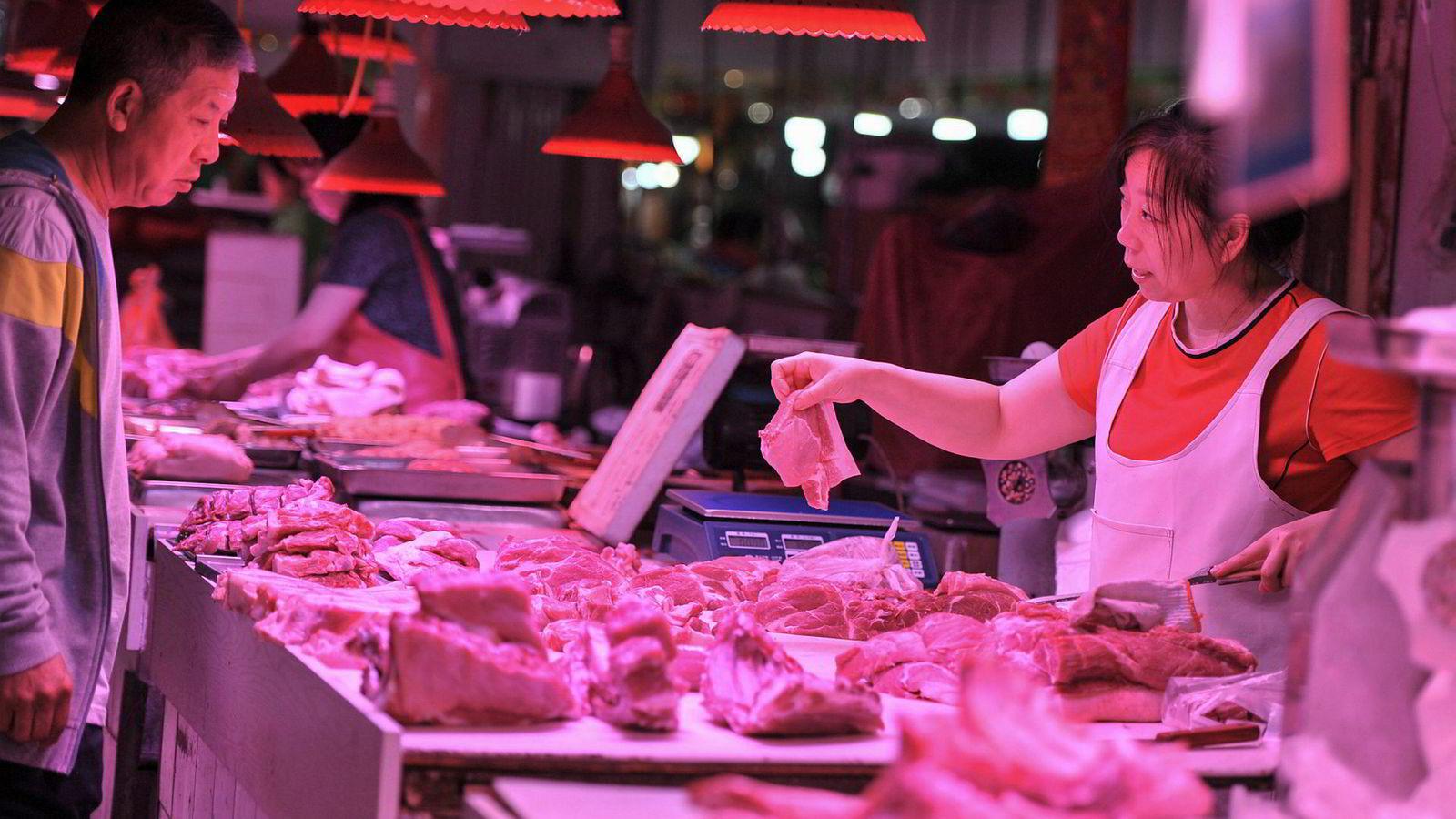 Kinesiske svineoppdrettere er rammet av afrikansk svinepest og dette har skapt høy prisvekst på matvarer. Sjeføkonomen i den sveitsiske storbanken UBS er i hardt vær etter han forsøkte å forklare konsekvensene.