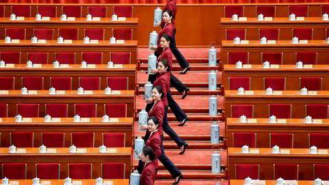 Vertinnene i Folkets store hall forbereder seg til å ta imot delegatene på nøyaktig lik måte.