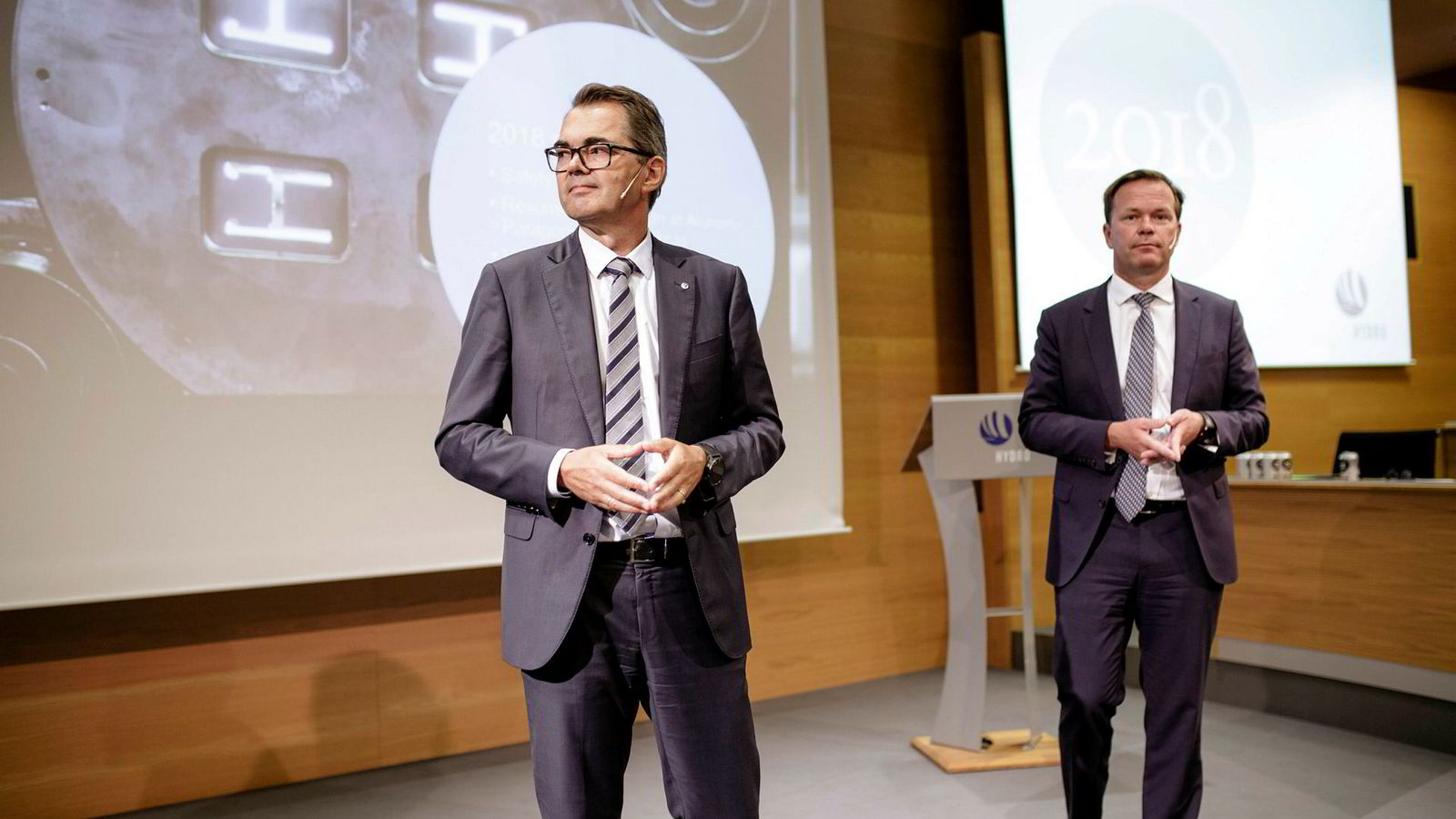 Konsernsjef i Hydro Svein Richard Brandtzæg har ønsket en ny Hydro-logo. Her sammen med konserndirektør Eivind Kallevik, som i år har fått mye av ansvaret med å rydde opp i selskapets miljøproblemer i Brasil.