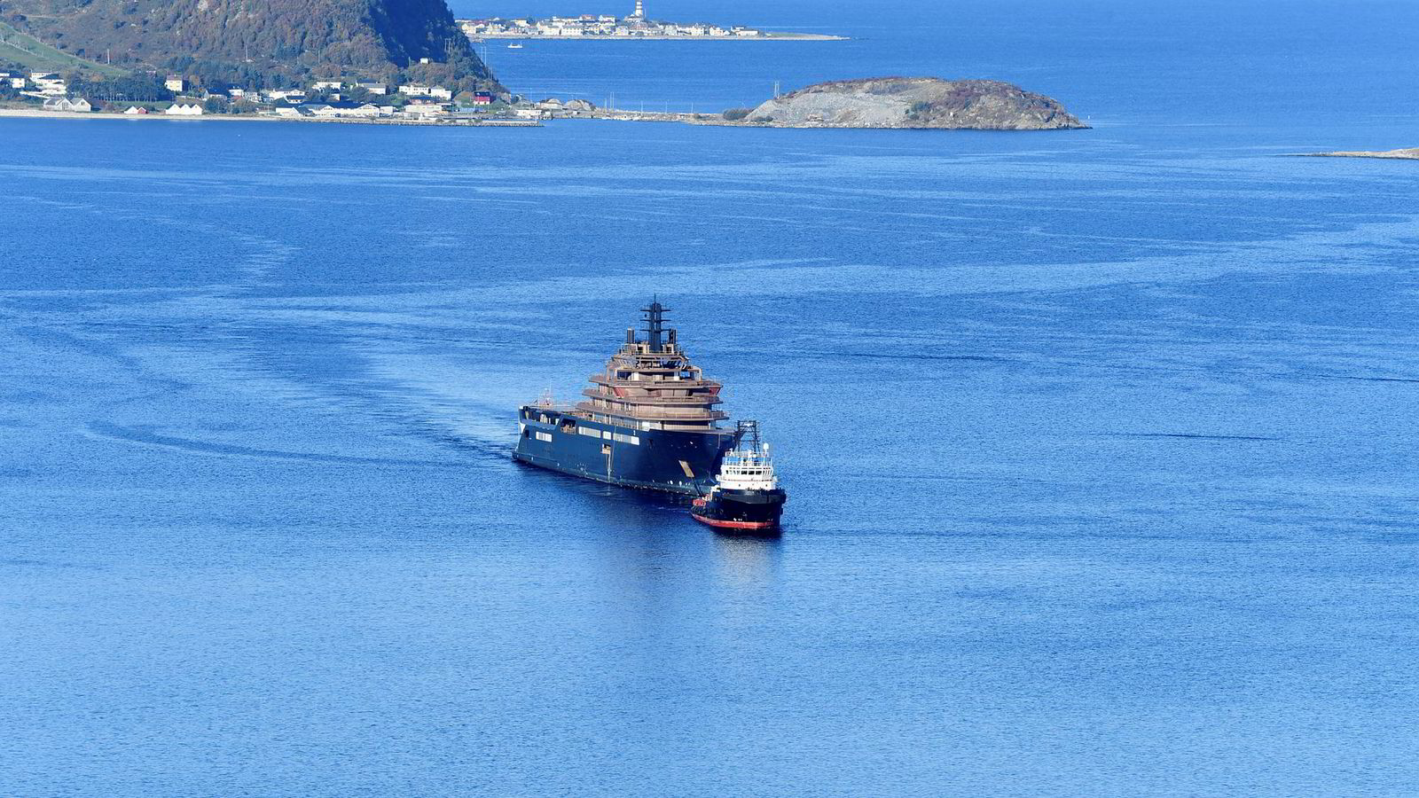 Kjell Inge Røkkes nye superskip «Rev Ocean» ankom norske farvann i går, en måned etter at det forlot verftet i Romania.