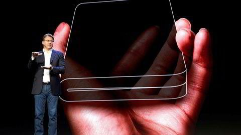 Markedsdirektør Justin Denison viser frem den bøyelige mobilskjermen under Samsung Developer Congress i San Francisco. Telefonen har skjerm både på utsiden og innsiden.