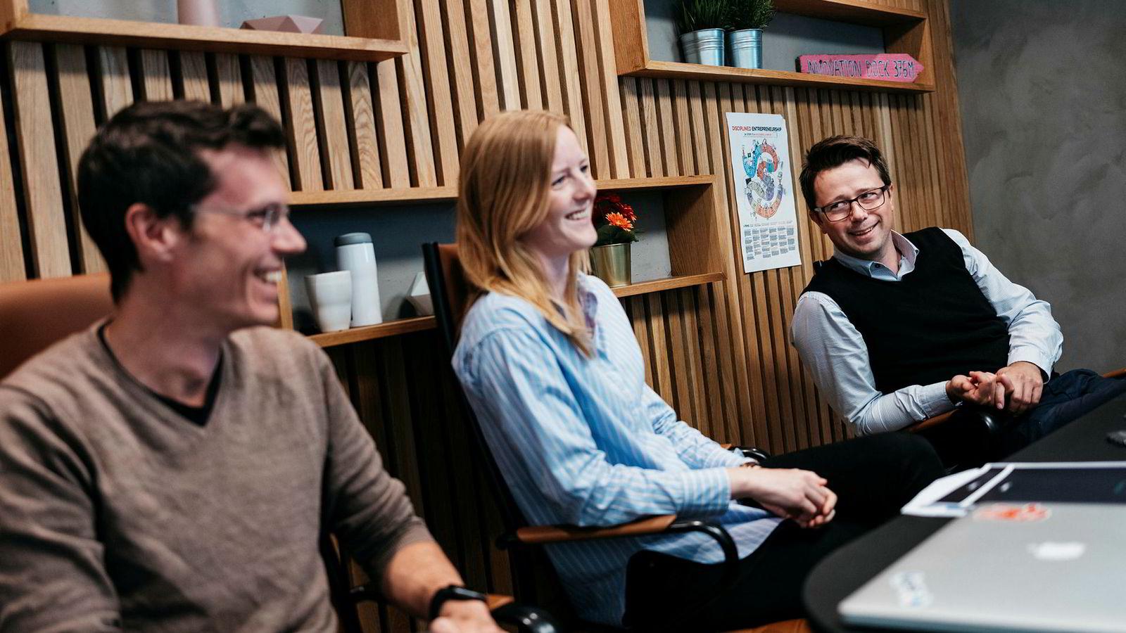 Gründer Dag Josef Foss (til høyre) småkrangler med juridisk direktør Anett Ravndal om hvem som vant en sak de en gang førte mot hverandre. Ravndal er nettopp rekruttert fra Oslo tingrett. Driftssjef Sindre Mariero sitter på siden og ler.
