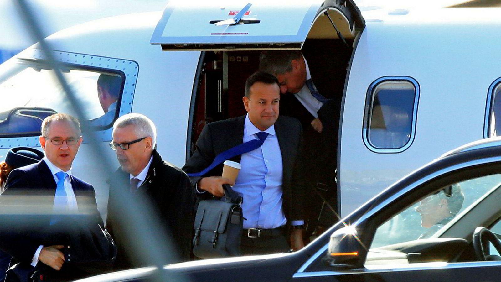 Irlands statsminister Leo Varadkar på vei ut av flyet på flyplassen i Liverpool torsdag for å møte den britiske statsministeren Boris Johnson. Foto: AP / NTB scanpix