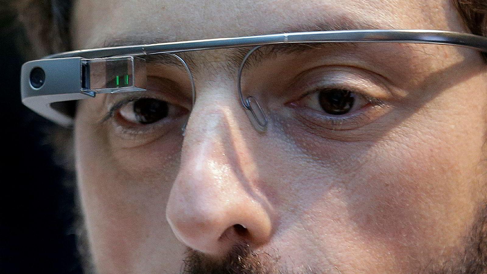 Arkivbilde. Google-gründer Sergey Brin har på seg AR-brillene Google Glass som aldri ble noen suksess. Nå har de gjenoppstått.