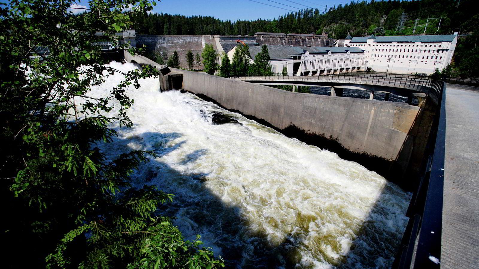 Normalt skvulper verdier for mellom ti og 20 milliarder kroner i vannkraftens magasiner. Her, Vamma Kraftverk ved Glomma i Askim og Skiptvet kommuner.