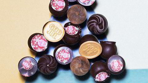 På pinne. Marsipankuler dyppet i sjokolade er enkle å lage – og enkle å dekorere med silketrykk, stempler og ulike typer sjokolade.