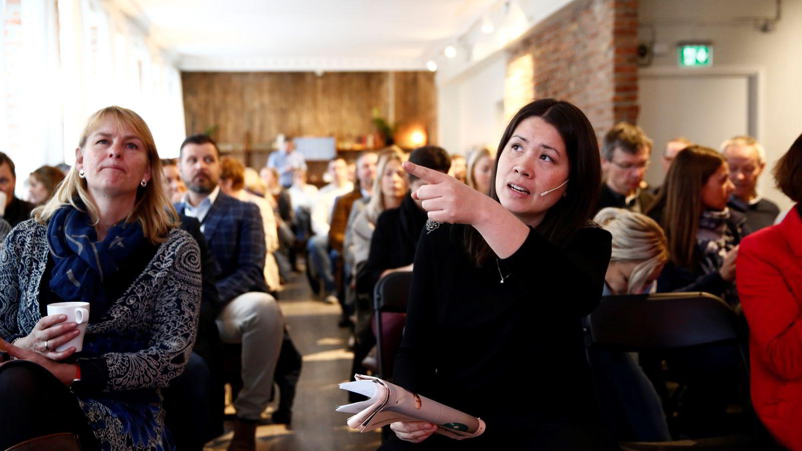 Madeleine Thor (til høyre) klar for foredrag på Mesh i Oslo. Til venstre Randi Øgrey i Mediebedriftenes Landsforening.