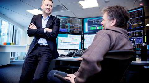 Sjeføkonom Frank Jullum (til venstre) i Danske Banke er svært spent på hvor mange oljekroner finansminister Siv Jensen vil smøre budsjettet med. – Vi er på vei inn i en ny ære når det gjelder finanspolitikken, sier sjeføkonomen. Her med senior trader Leif Inge Christensen.
