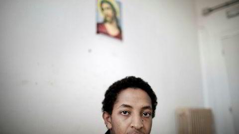 Jonathan Kebreab (17) fra Eritrea er i sorg etter å ha mistet bestevennen i en togulykke på flukt fra grensepolitiet ved Brennerpasset. Nå forbereder Kebreab seg på et liv i Roma. Her på et mottakssenter hos Røde Kors i Roma. Foto: Linda Næsfeldt