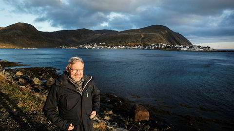 Direktør Steinar Eliassen i fiskeriselskapet Norfra reagerer kraftig på at regjeringen foreslår å lyse ut oljeblokker der hans selskap henter fisk. Her fra Nordvågen, hvor han driver fiskebruk.