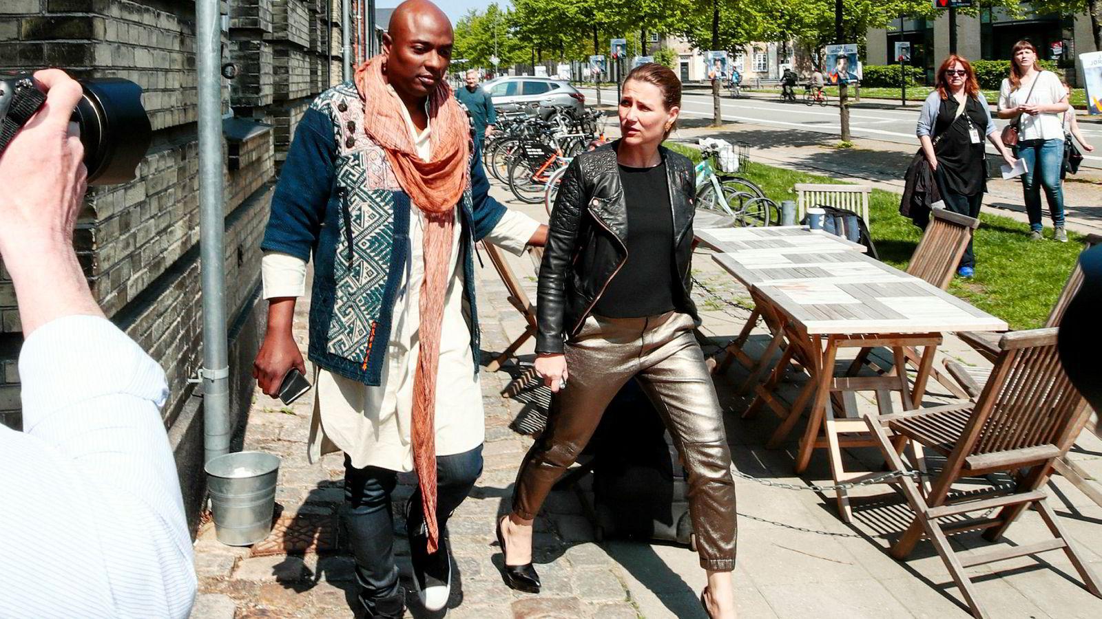 Prinsesse Märtha og Durek Verrett startet sin turné «The Princess and The Shaman» i København søndag. Kongehuset følger med på debatten om blant annet bruken av prinsessetittelen i kommersiell virksomhet.